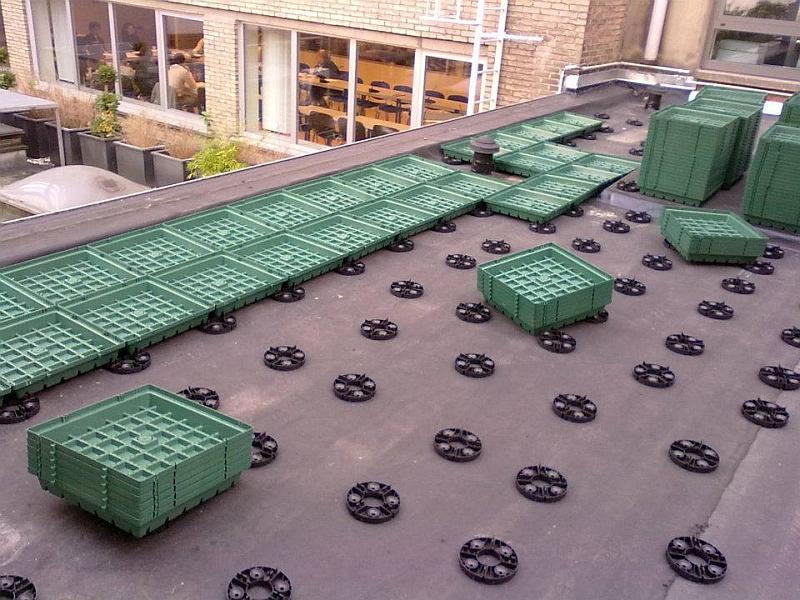 Регулируемые опоры в технологии для кровельного озеленения GreenSkin