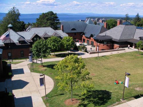 Колледж Champlain строит террасу на крыше, используя опоры Buzon